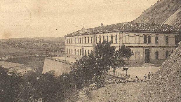 Una foto d'epoca dell'edificio scolastico